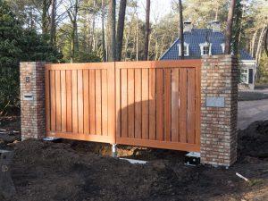 Stap 3 van de plaatsing van een houten poort door De Poort Expert
