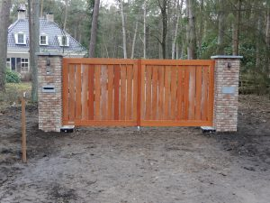 Stap 4 van de plaatsing van een houten poort door De Poort Expert