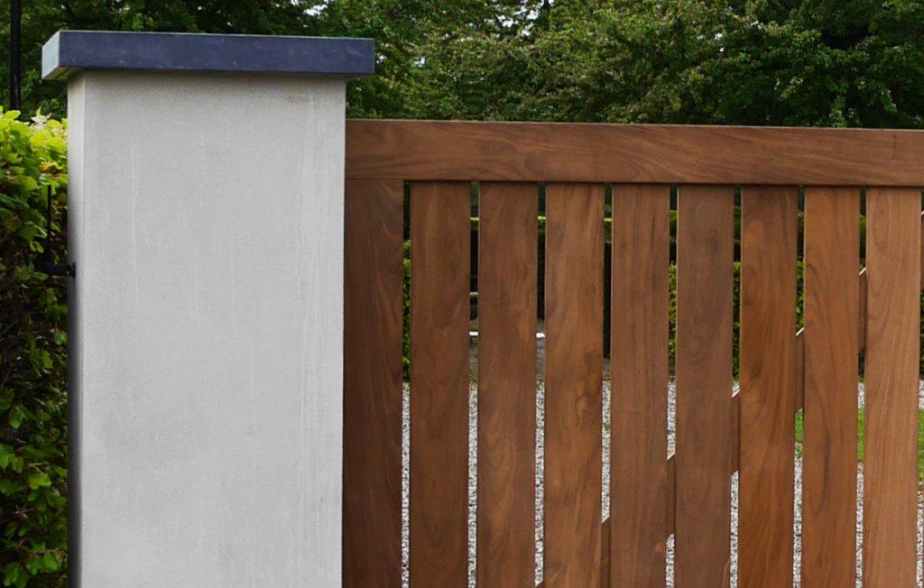 Afrormosia poortdeel met gestucte pilaren - De Poortexpert